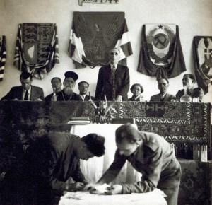 Ο στρατηγός Νεόκοσμος Γρηγοριάδης προεδρεύει κατά την έναρξη των εργασιών του Εθνικού Συμβουλίου (Κορυσχάδες Ευρυτανίας, Ελεύθερη Ελλάδα, 1944)