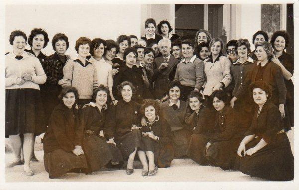 Ο Κωνσταντίνος Ι. Μερεντίτης μεταξύ των μαθητριών της Η' τάξης του Γυμνασίου Νέας Φιλαδέλφειας, 18 Μαρτίου 1961