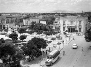 Η κεντρική πλατεία της Λάρισας το 1960. Φωτογραφία του Τάκη Τλούπα