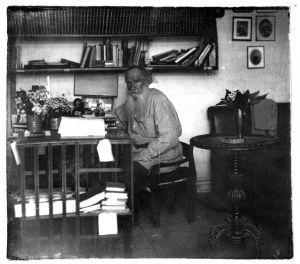 Ο Λέων Τολστόι στο γραφείο του στη Γιάσναγια Πολιάνα το 1908
