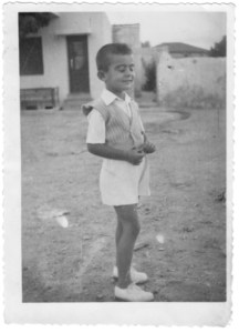 Ο μικρότερος αδελφός μου Θανάσης Παντελόγλου γύρω στο 1950 έξω απ' το σπίτι μας της οδού Άλφα (Ανθέων)