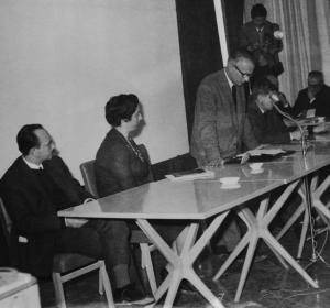 Το προεδρείο του Α' Πανελλήνιου Αρχιτεκτονικού Συνεδρίου. Διακρίνονται οι Ν. Σιαπκίδης, Α. Κωστάλα-Κεχαγιόγλου, Φ. Τσέκερης, Κ. Μπίτσιος
