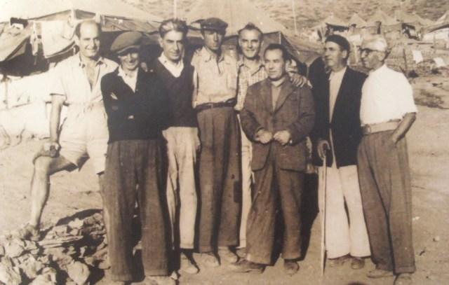 Ο Γιάννης Ιμβριώτης στη Μακρόνησο το 1950, δεύτερος από δεξιά
