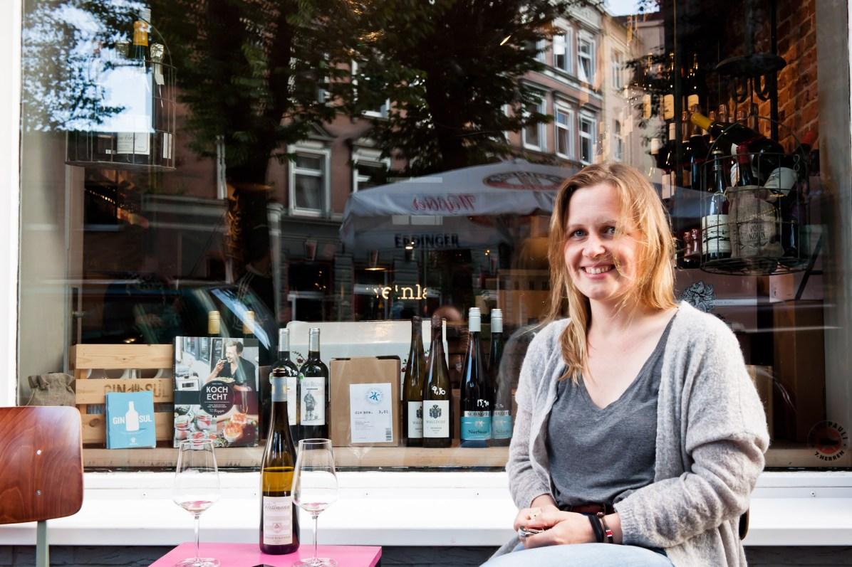 Stephanie Doering vor dem Weinladen St. Pauli