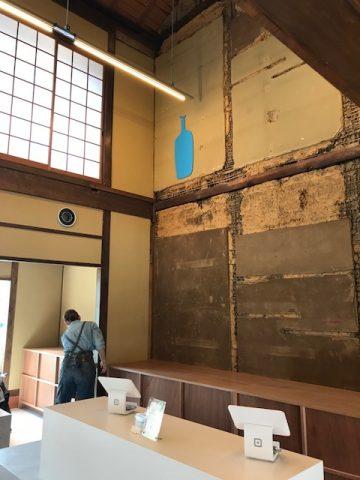 ブルーボトルコーヒー 表の棟 土壁のボトルマーク