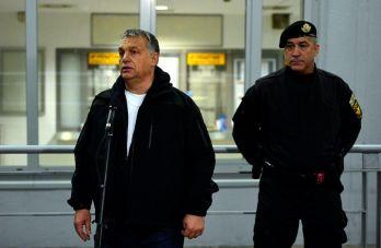 Budapest, 2016. október 6. Orbán Viktor miniszterelnök (b) beszél a TEK munkatársaihoz 2016. október 6-án a Stadion autóbusz-pályaudvarnál, ahol megtekintette a Terrorelhárítási Központ (TEK) éjszakai terrorelhárítási gyakorlatát. Jobbra Hajdu János, a TEK fõigazgatója. MTI Fotó: Illyés Tibor