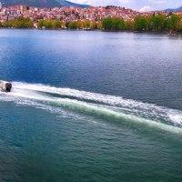 Γαμήλιο… θαλάσσιο σκι στη λίμνη της Καστοριάς! Δείτε το εντυπωσιακό trailer γάμου από την Καστοριά