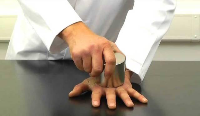 Çok güçlü mıknatıslarla uğraşırken dikkatli olun. Rahatlıkla elinizi veya parmaklarınızı kırabilirler.