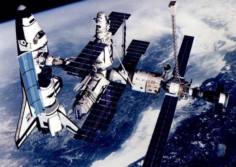 Rus Mir Uzay İstasyonu ve istasyona kilitlenmiş olan ABD'nin uzay mekiği.