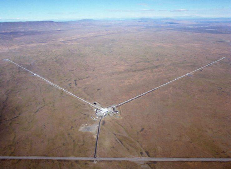 """LIGO'nun Handford'ta bulunan gözlem üssü. Fotoğrafta görülen her bir """"kol"""" dört kilometre uzunluğunda."""