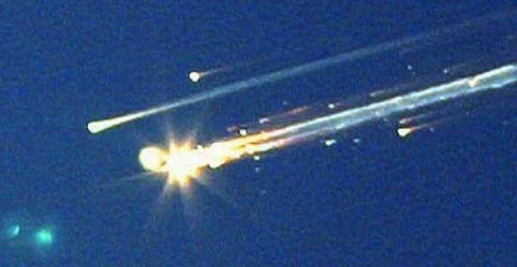 2003 yılında, Dünya'ya dönüş yolunda geçirdiği kaza sonucu infilak eden Columbia uzay mekiğinin gezegenimize düşen alev almış parçaları... Bu kazada tüm mekik mürettebatı hayatını kaybetti.
