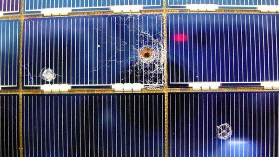 26 yıldır uzayda bulunan Hubble Uzay Teleskobu'nun Güneş panellerine çarpmış olan mikro meteorların yarattığı hasar.