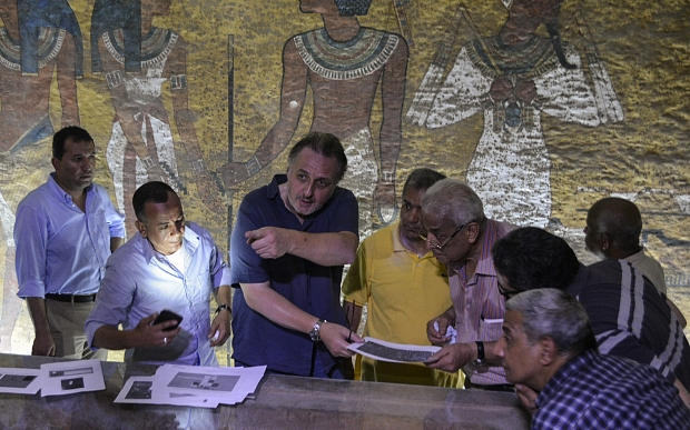 epa04954284 British Egyptologist Nicholas Reeves (3-L) speaks with archeologists inside the King Tutankhamun burial chamber in the Valley of the Kings, Luxor, Egypt, 28 September 2015. According to reports, Reeves is visiting Luxor trying to explain his theory that Queen Nefertiti might be buried in a secret chamber behind the King Tutankhamun burial chamber.  The tomb of Queen Nefertiti, whom Reeves believe to be the mother of King Tutankhamun, was never found.  EPA/STRINGER