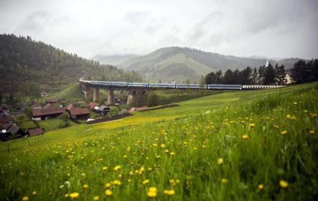 Gyimesfelsõlok, 2016. május 13. A csíksomlyói búcsúba tartó Boldogasszony zarándokvonat halad a Tatros völgyhídon Gyimesfelsõloknál 2016. május 13-án. MTI Fotó: Mohai Balázs