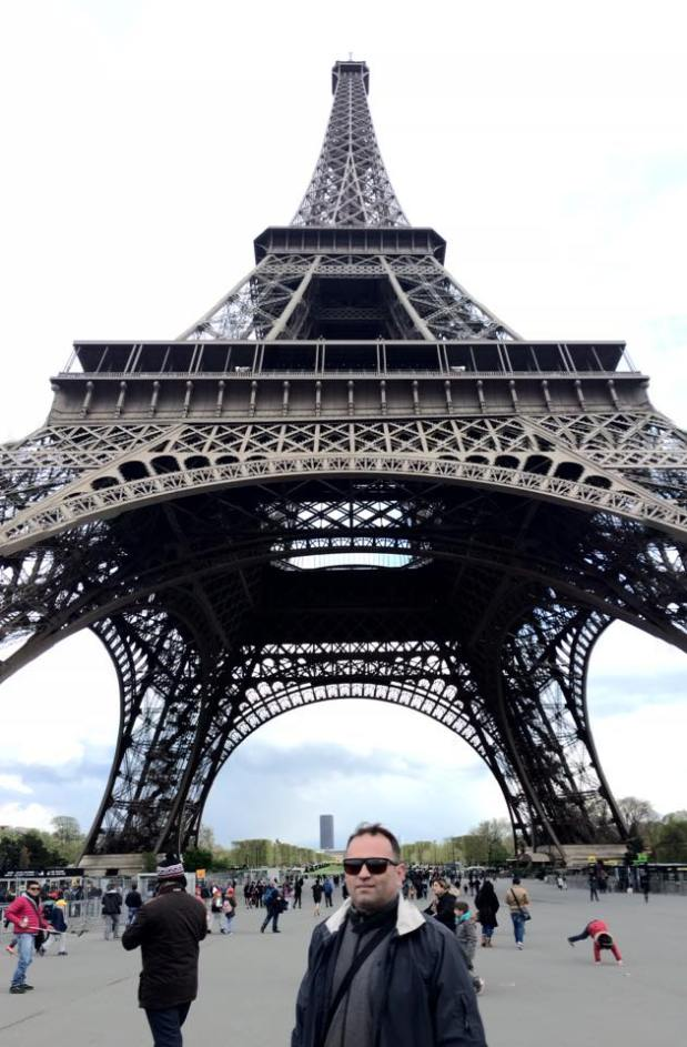 Hajdu Zoltán az Eiffel-torony előtt