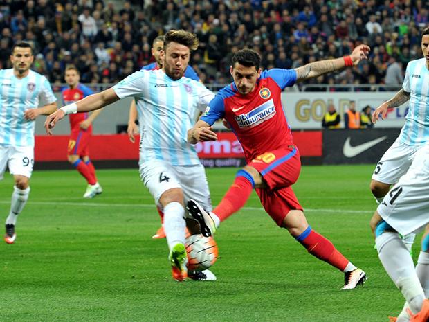 Ivan Gonzalesz és Stanciu harca a labdáért