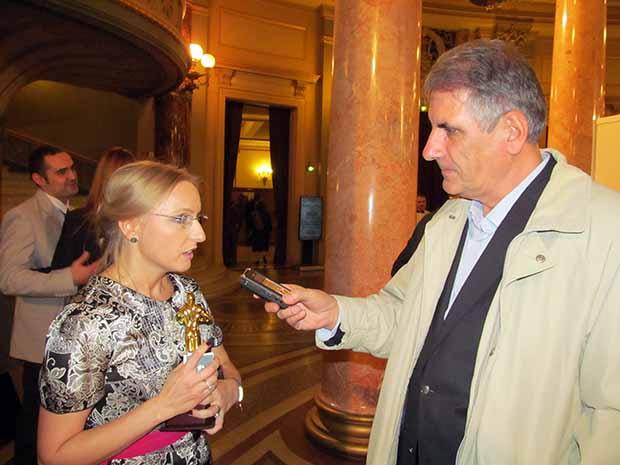 Ratiu Szabó Gabriellától vesz interjút