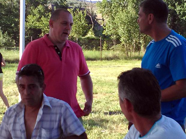 Szőcs István a mérkőzés után magyarázza Bálint Lajosnak, hogy miért nem jutott a hálóba az a bizonyos labda...