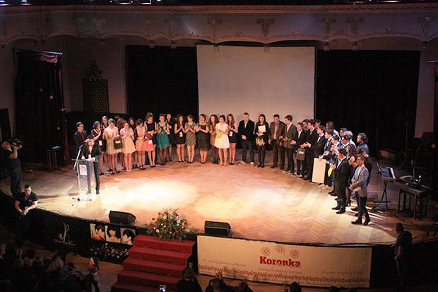 Városi Gólyabál 2016-A versenyzők és a mentorok közösen a színpadon hallgatják Bakó Szabolcs szervezőt