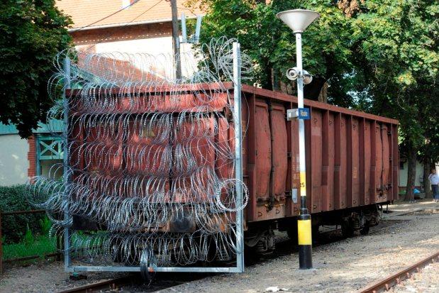 Illegális bevándorlás - Tehervagonnal zárják le a síneket Röszkénél