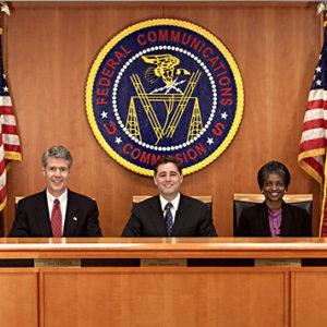FCC commissioners 1 300x300 1 - FCC describe el impacto en sus operaciones de posible lapso de financiamiento