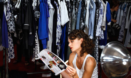 A-model-reads-a-fashion-m-007