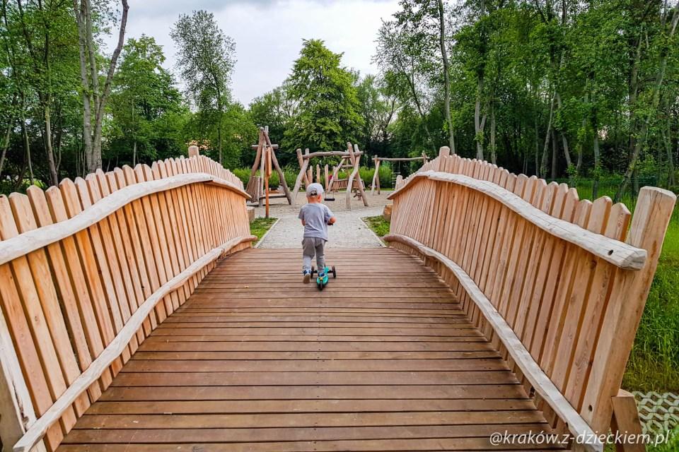 mostek na placu zabaw w Dobczycach