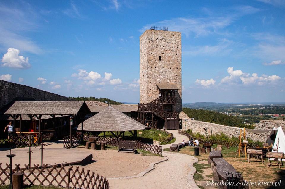 zamek królewski w Chęcinach, dziedziniec