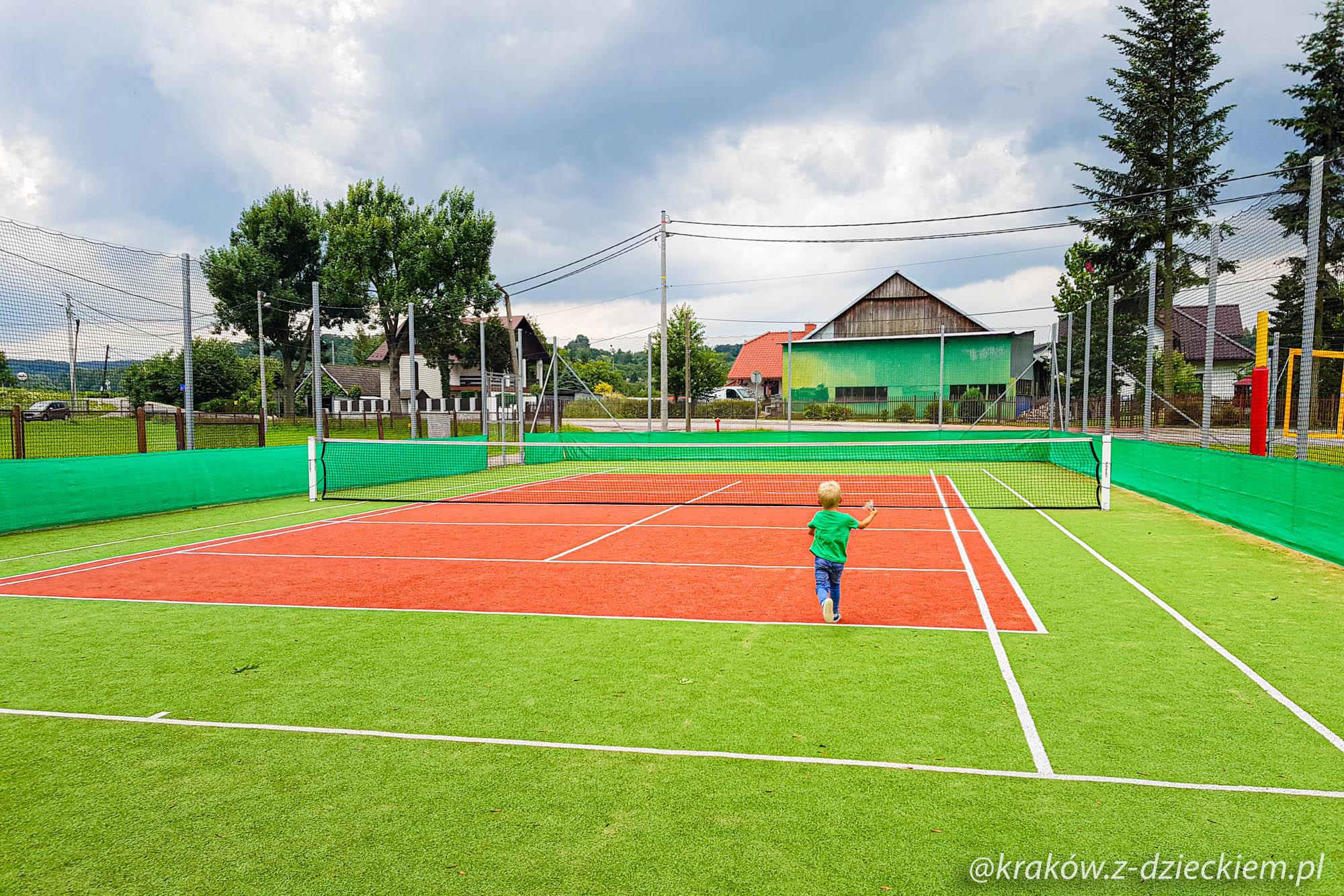 zarabie kort tenisowy