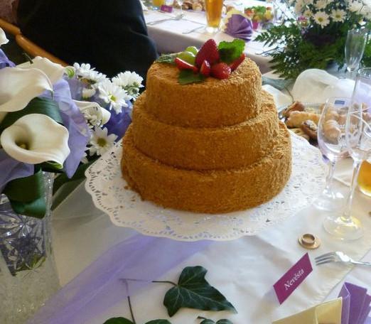 Medový svatební dort