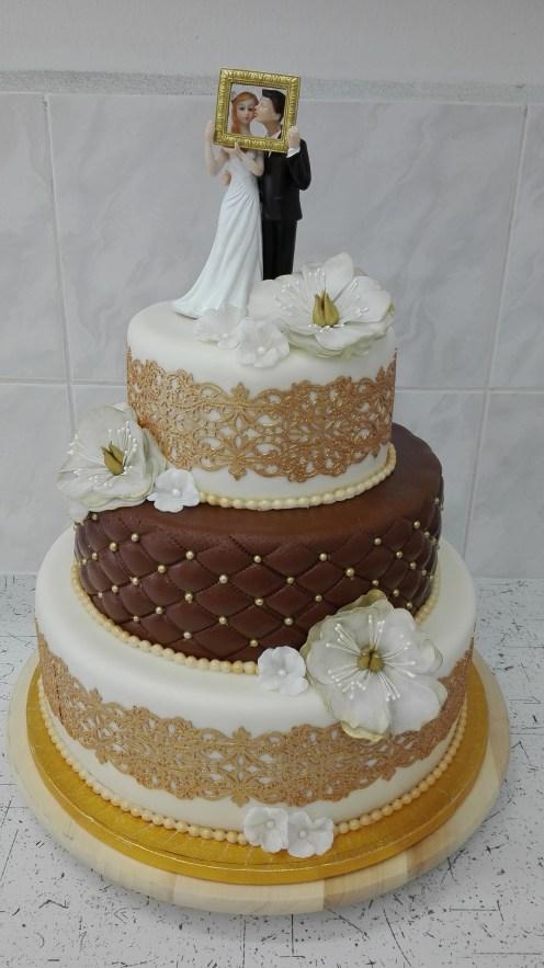 Elegantní svatební dort s květy a figurkami