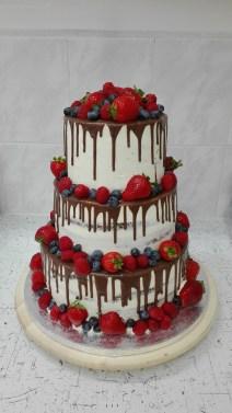 Svatební drip cake s ovocem