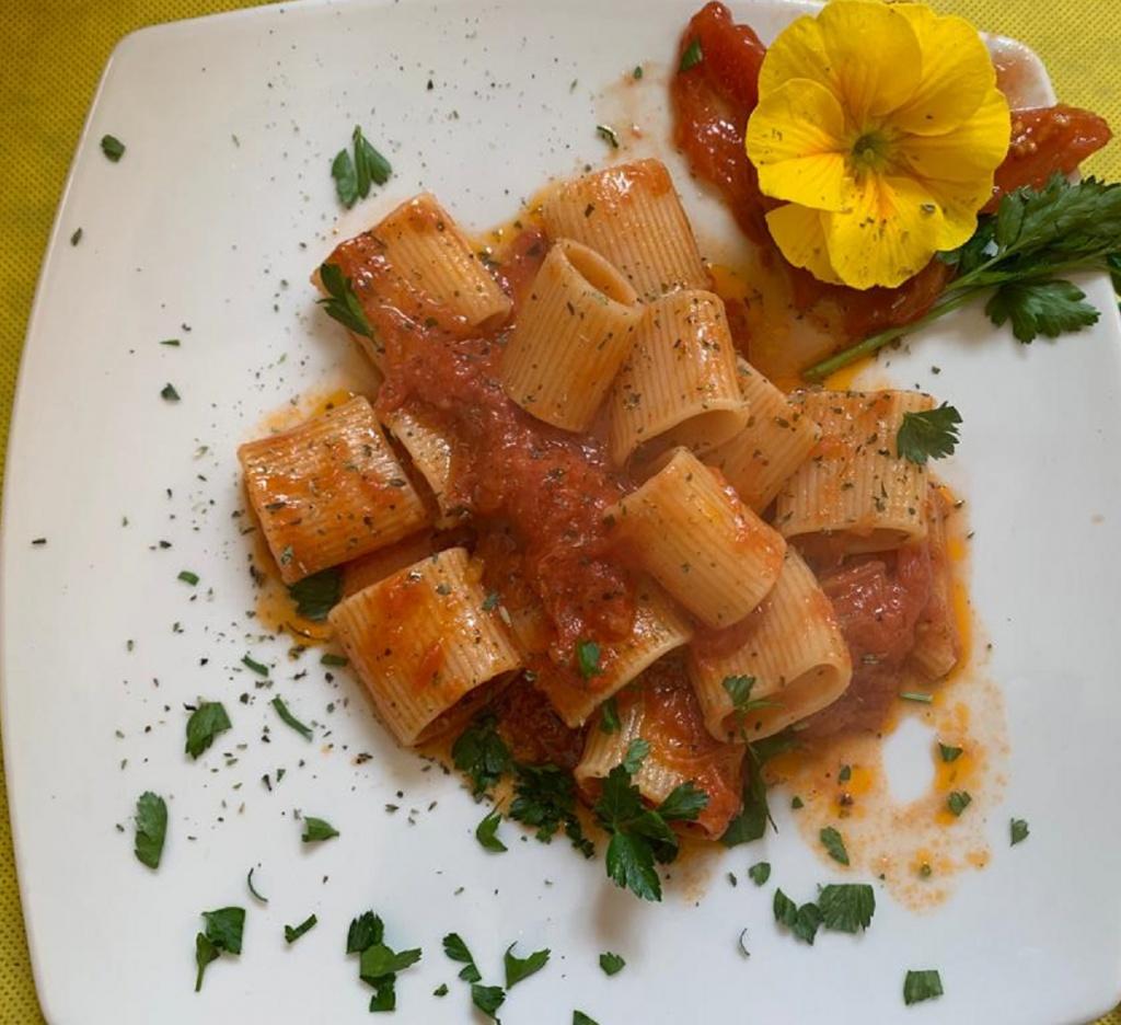 Mezzi paccheri con pomodoro San Marzano