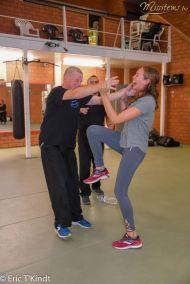 krav maga bruxelles cours pour les candidates miss belgique exercice étranglement avec les deux instructeurs cours auto défense femme