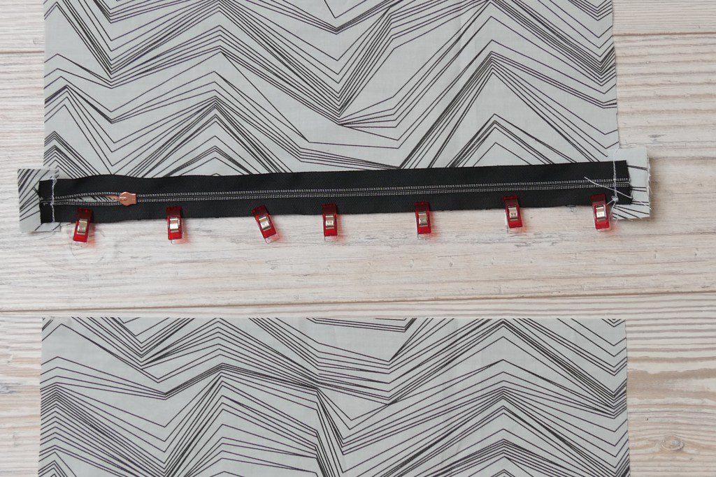 Reißverschluss rechts auf rechts an der Stoffkante feststecken