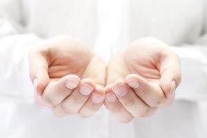 : Domowe sposoby na pękające dłonie