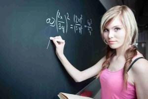 Junge Mathematikstudenten an einer Wandtafel