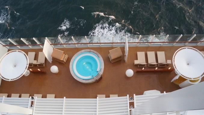 Aussicht auf den Außenbereich des Spa von einer Balkonkabine