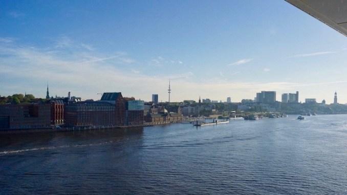 Einlaufen in Hamburg - auf dem Weg zum Cruise Center Steinwerder