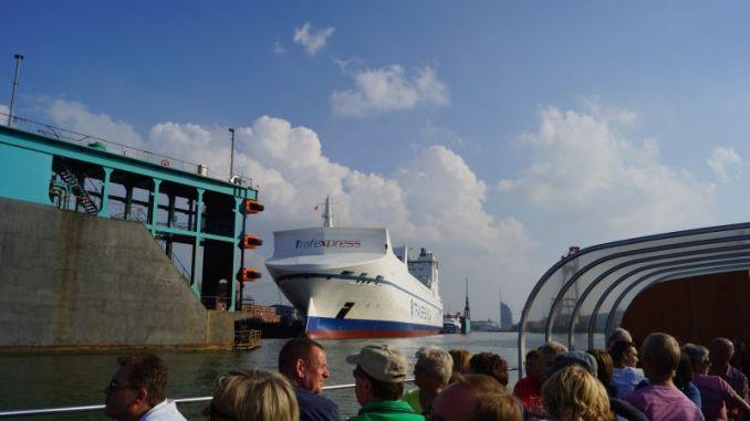 Unterwegs in den Hafenbecken bei einer Barkassenfahrt