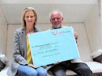 Wybcke Meier, CEO von TUI Cruises überreicht 100.000 an Wolf-Christian Ramm, Pressesprecher von terre des hommes. Foto: TUI Cruises