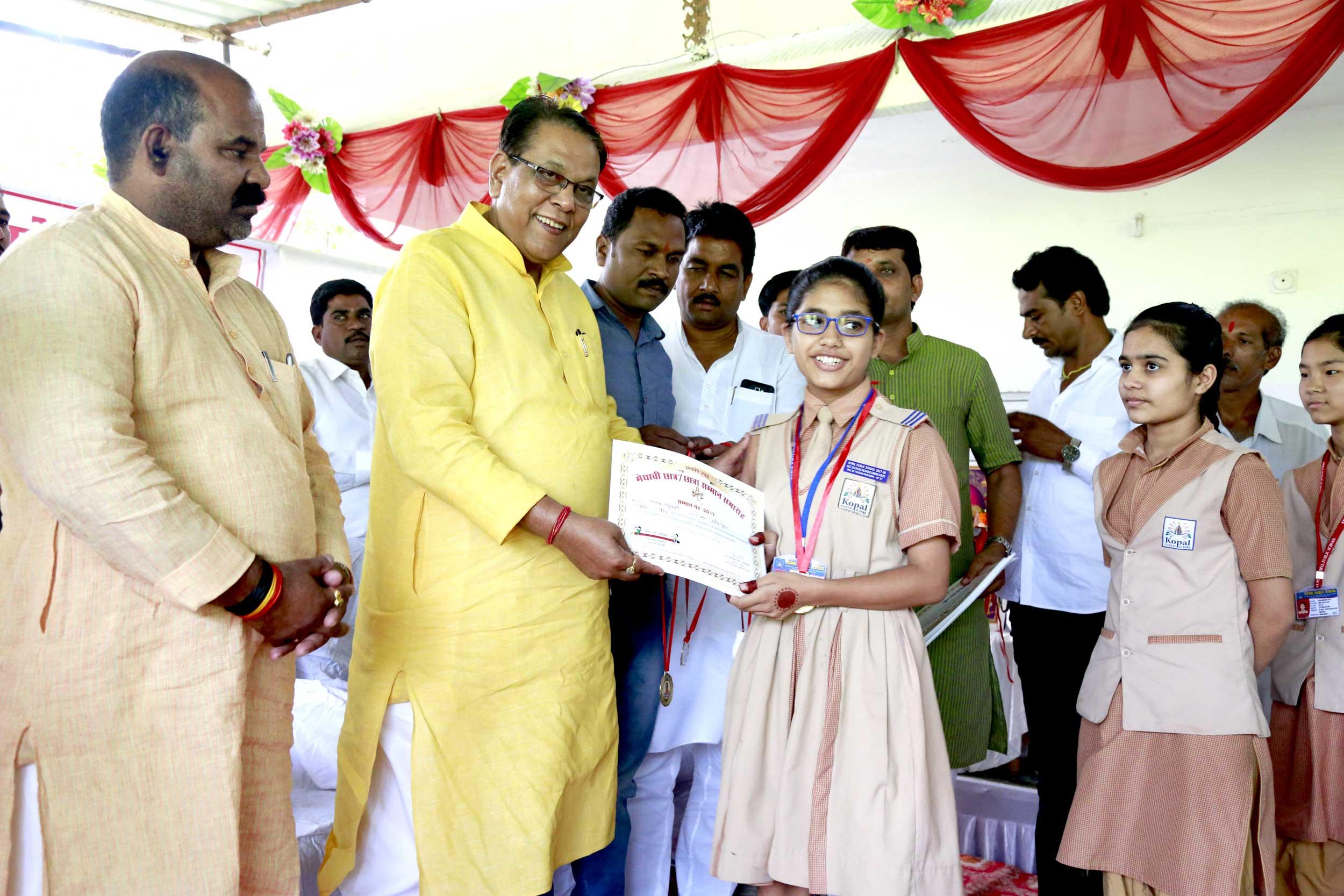 राजस्व मंत्री श्री गुप्ता ने मेधावी विद्यार्थियों को किया सम्मानित
