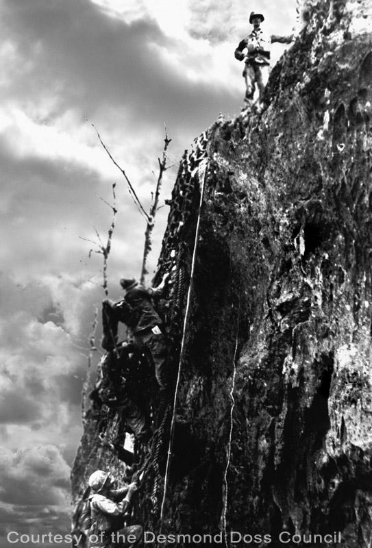 真实的戴斯蒙站在钢锯岭的悬崖上