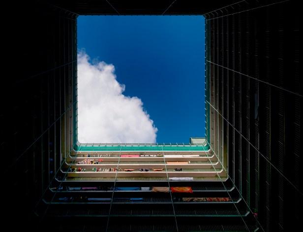 公開組冠軍:梁瑋鑫 在舊公屋的天井窺看「洞」外藍天,有如從黑暗中看見光明前路。