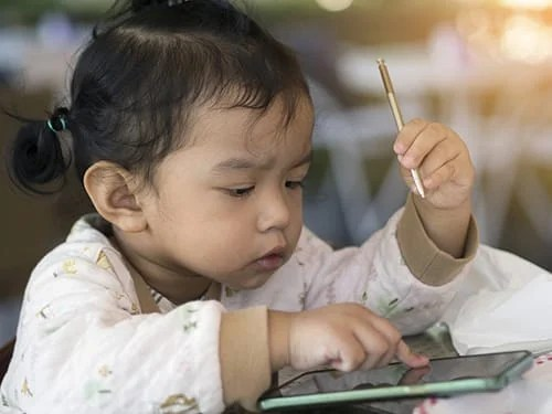 """นักวิชาการชี้ """"สื่ออิเล็กทรอนิกส์ทำเด็กพัฒนาการช้า แนะ 4 แนวทางส่งเสริมพัฒนาการลูกกับพ่อแม่"""""""