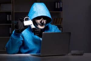 Hacker hinter Laptop mit Schloss
