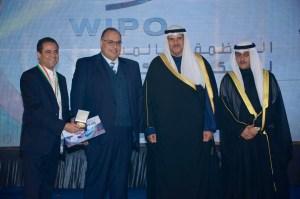 الشيخ سلمان الحمود الصباح وطلال الخرافي وعمرو حافظ عبدالعزيز يسلمون جائزة المنظمة العالمية لحماية الملكية الفكرية (الويبو) للمخترع التونسي أنيس صحباني