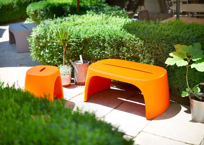 banc de jardin ou table basse design italien en polyethylene 13 couleurs amelie par slide