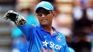 Don't push MS Dhoni into retirement,says former England skipper