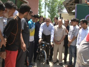 Omar Abdullah gifts Rs 2.8 lakh competition cycle to Akbar Khan
